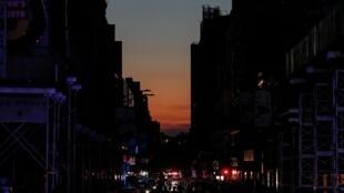 Движение в районе Таймс-сквер после отключения электричества