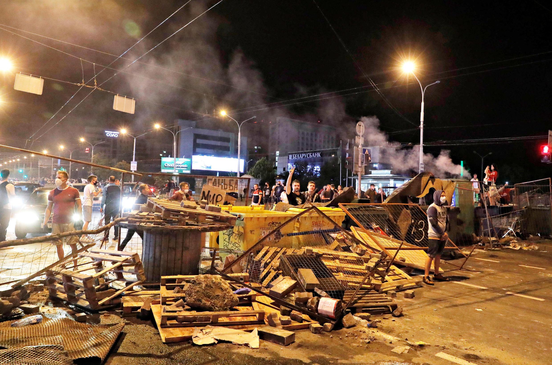 Противостояние в центре Минска продолжалось более четырех часов, затем силовики начали вытеснять митингующих к окраинам.