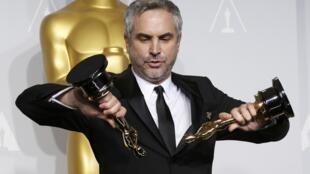 Альфонсо Куарон позирует со своими двумя Оскарами - Голливуд. Калифорния 02/03/2014