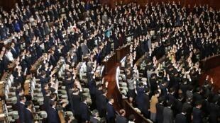 «Banzai, banzai, banzai» (longue vie à l'empereur), ont scandé les élus en levant les bras au ciel, avant de quitter les bancs de l'hémicycle du Parlement japonais, le 21 novembre 2014.
