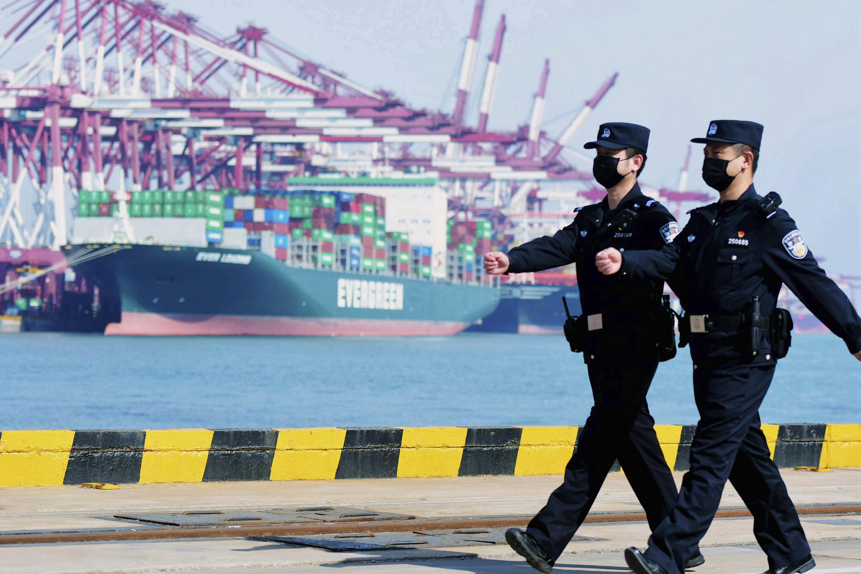 Cảnh sát đi tuần tra pử cảng Thanh Đảo (Qingdao), phía đông tỉnh Sơn Đông (Shandong), Trung Quốc. Ảnh chụp ngày 19/02/2020.