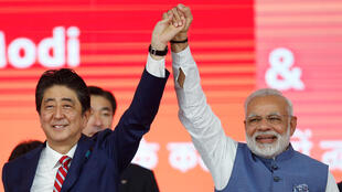 WAziri Mkuu wa Japan Shinzo Abe (kushoto) na mwenziie wa India Narendra Modi, wakati wa uzinduzi wa mrandi wa ujenzi wa  treni ya kwanza ya mwendo kasi Septemba 14, 2017 Ahmedabad.