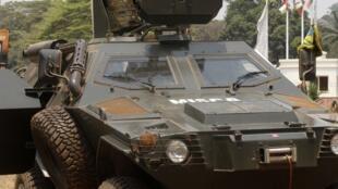 Des soldats de la Misca à Bangui, le 19 février 2014. La capitale centrafricaine a été secouée par des tirs et des explosions aux abords de l'aéroport.