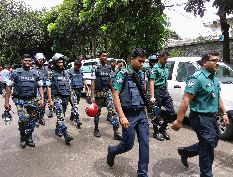 Des forces de l'ordre de différentes unités à l'issue de la prise d'otages survenue dans un restaurant de Dacca, au Bangladesh, le 2 juillet 2016.