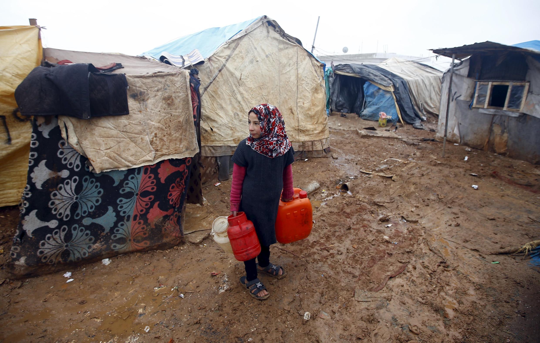 Đi tìm nước. Ảnh tại một trại tỵ nạn ở Azar, Syria, ngày 06/02/2016.