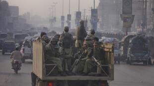 Pakistan điều quân đến vùng Tây bắc, nơi xảy ra vụ oanh kích làm 28 lính thiệt mạng hôm 26/11/2011 (REUTERS)