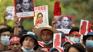 2021-02-22T103914Z_1490326355_RC2MXL9D3HTQ_RTRMADP_3_MYANMAR-POLITICS