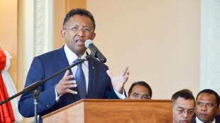 Le président malgache Hery Rajaonarimampianina lors d'une conférence de presse après le vote des députés en faveur de sa destitution, le 26 mai 2015.