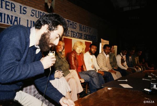 حسین شیخالاسلام، یکی از دانشجویان گروه موسوم به خط امام، در سمت چپ تصویر، در دوران تصرف سفارت آمریکا در ایران