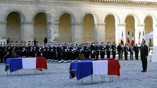 President Hollande pays tribute to the two French soldiers killed in CAR, 16 Dec 2013.