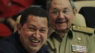 Hugo Chavez (G) et Raul Castro (D) à la Havane le 9 novembre 2010.