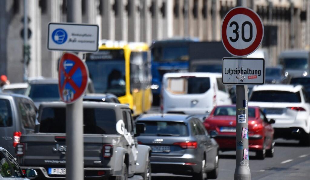 Un panneau de signalisation indique la limite de vitesse afin d'améliorer la qualité de l'air dans une rue du quartier de Mitte (centre) à Berlin le 3 juin 2021.
