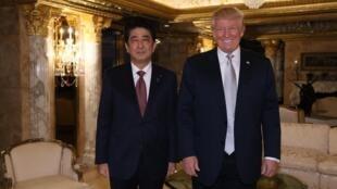 日本首相安倍晉三(右)和美國當選總統特朗普在後者紐約住宅中,2016年11月17號