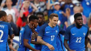 La joie des Bleus, après l'égalisation de Samuel Umtiti (face à l'Angleterre), au Stade de France, le 13 juin 2017.