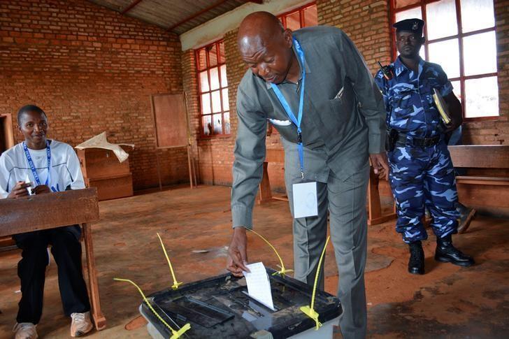 Jagoran 'yan adawa a Burundi kuma mataimakin kakakin majalisar kasar Agathon Rwasa, yayin kada kuri'a a zaben raba gardama kan sauya kundin tsarin mulki a lardin Ngozi.