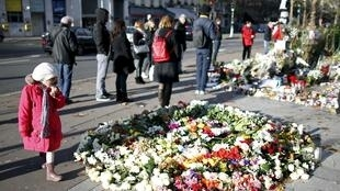 Parisienses continuam prestando homenagens às vítimas dos atentados do 13 de novembro na capital francesa.
