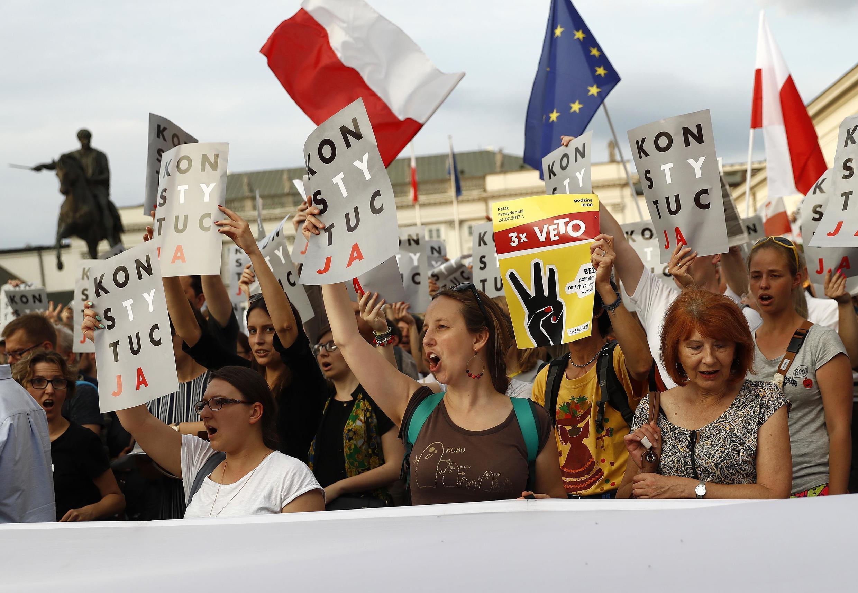 O presidente polonês, Andrzej Duda, surpreendeu nesta segunda-feira (24) e vetou as leis de reforma da Corte Suprema e do Conselho Nacional da Magistratura, denunciadas por seus críticos por reduzir a independência do Judiciário.