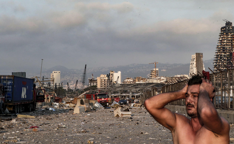 Un hombre tras la explosión en el puerto de Beirut, el 4 de agosto de 2020