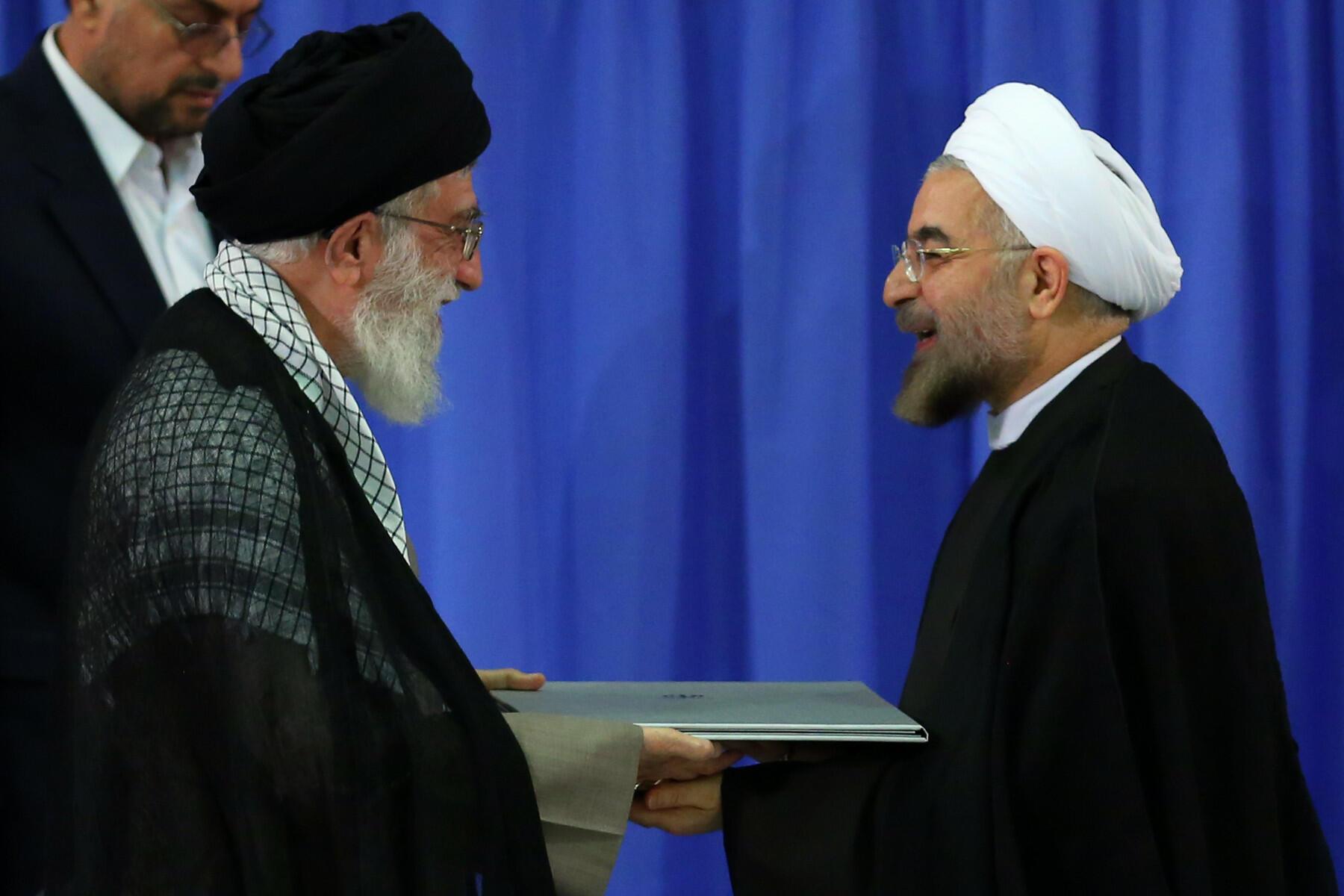 Hasan Rohani (izquierda) asumió la presidencia de Irán tras el visto bueno del guía supremo Alí Jamenei