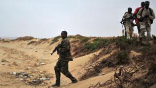 Des soldats des forces de sécurité somaliennes patrouillent sur la côte de Qaw dans le Puntland au nord-est de la Somalie, le 18 décembre 2016.