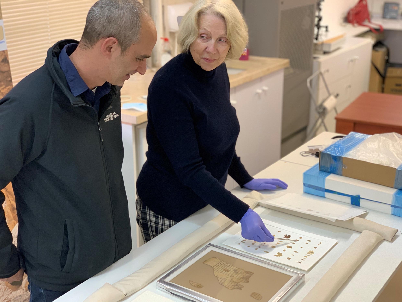Le docteur Joe Uziel (G) et Tanya Bitler (D), de l'unité des manuscrits, au département d'archéologie du Musée d'Israël.