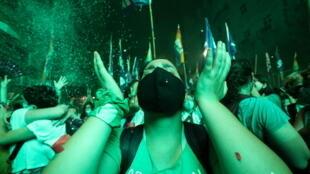 Una manifestante a favor de la legalización del aborto reacciona después de que el Senado aprobara un proyecto de ley sobre el aborto, en Buenos Aires, Argentina, el 30 de diciembre de 2020.
