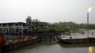 Station de stockage Shell sur le delta du Niger, près de Batan (Nigeria).