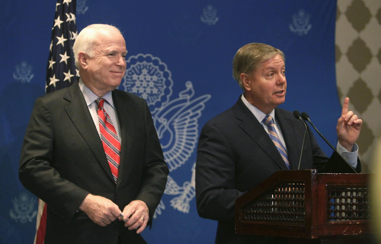 Les sénateurs américains John McCain (g.) et Lindsay Graham (d.) lorsd'une conférence de presse au Caire, le mardi 6 août 2013.
