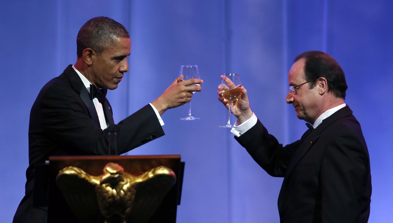 Santé! US President Barack Obama (L) clinks glasses with French President François Hollande