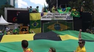 Juiz Sérgio Moro, responsável pelas investigações sobre o esquema de corrupção na Petrobras é homenageado em manifestação em São Paulo.