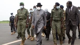 L'ex-président nigérian Goodluck Jonathan à son arrivée à l'aéroport de Bamako, le samedi 22 août.