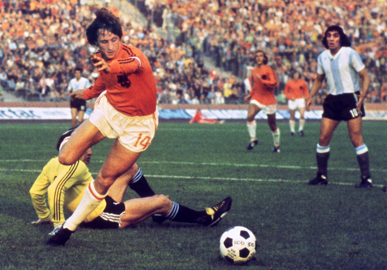 O holandês Johan Cruyff durante um jogo da Copa do Mundo de 1974 contra a Argentina.