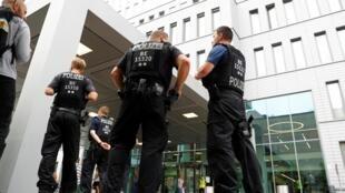 Des policiers gardent les environs du complexe hospitalier Charité où le chef de l'opposition russe Alexeï Navalny est soigné, à Berlin, le 22 août 2020.