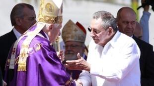 Benoît XVI con Raúl Castro en la plaza de la Revolución después de la misa. La Habana, el 28 de marzo de 2012.