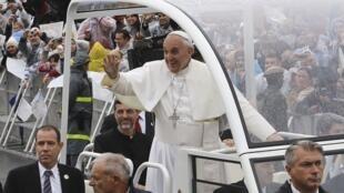 O papa Francisco chega de papamóvel ao Santuário de Aparecida do Norte, nesta quarta-feira, 24 de julho.