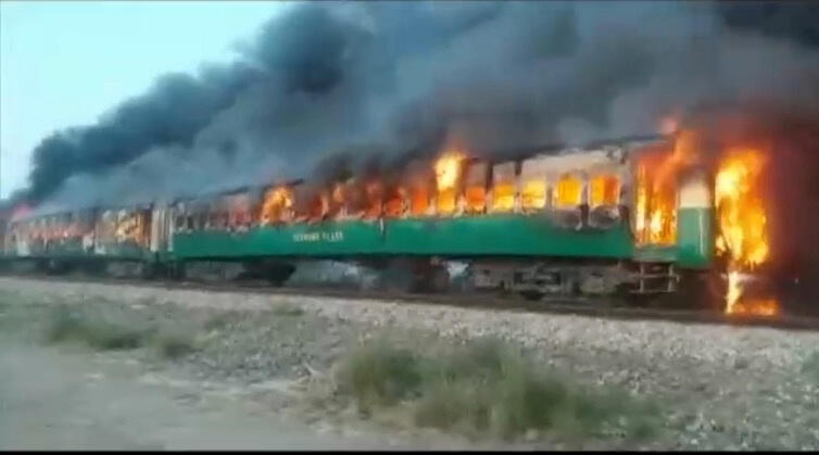 در آتشسوزی قطار در پاکستان دهها تن کشته و زخمی شدند.