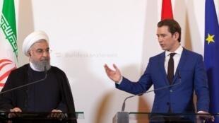 Le président iranien Hassan Rohani (g) et le chancelier autrichien Sebastian Kurz en conférence de presse à Vienne, le 4 juillet 2018.