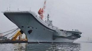 L'unique porte-avions chinois, à quai, dans le port de Dalian.