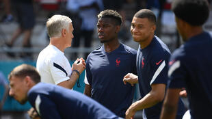 Le sélectionneur de l'équipe de France, Didier Deschamps, donne ses consignes à Paul Pogba et Kylian Mbappé, lors d'un entraînement, le 18 juin 2021 à Budapest
