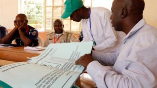 La Commission électorale a commencer à collecter les résultats au Nigeria, après les élections générales du samedi 23 février. Dans certaines circonscriptions, les électeurs continuaient à voter ce dimanche.
