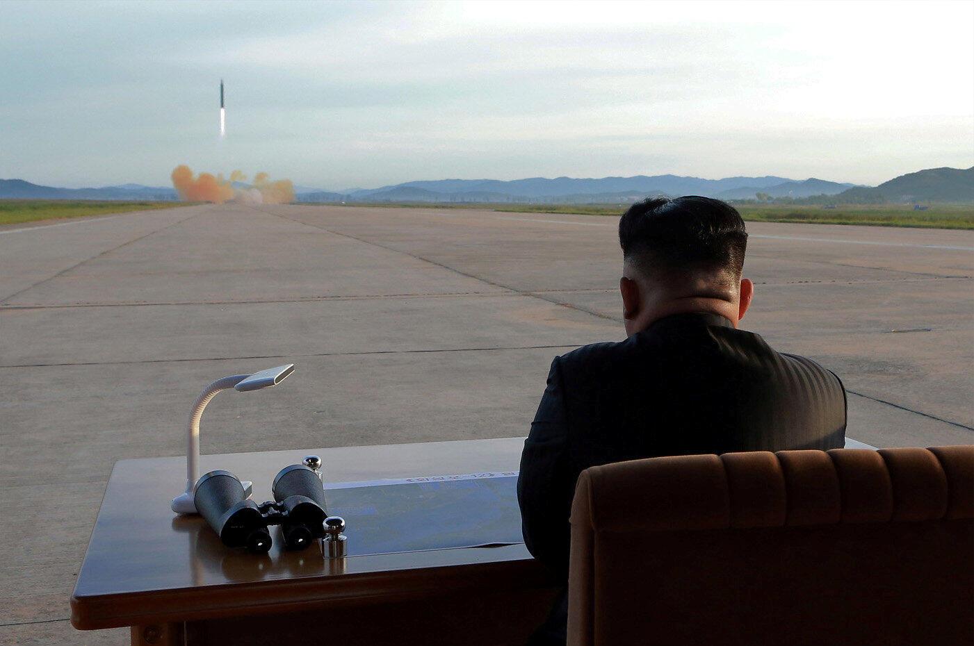 Kiongozi wa Korea Kaskazini Kim Jong-un, wakati wa uzinduzi wa jaribio la kombora la Hwasong-12 tarehe 16 Septemba 2017.