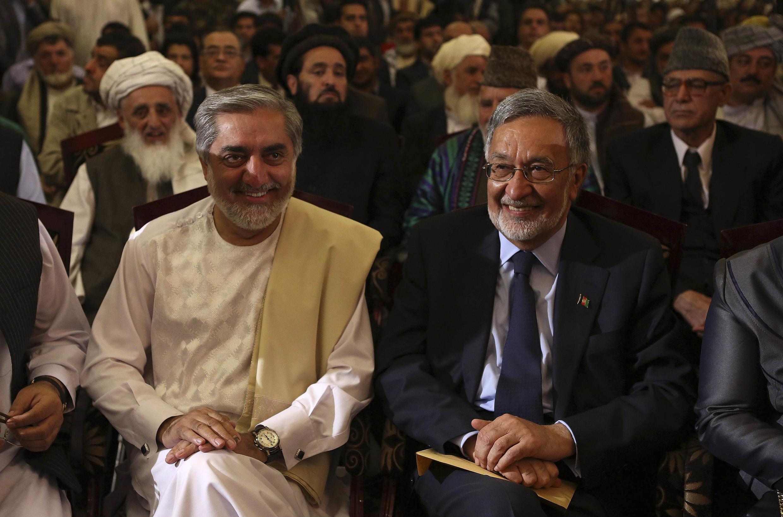 Les candidats à l'élection présidentielle afghane, Abdullah Abdullah (G) et Zalmai Rassoul, lors d'une conférence de presse conjointe le 11 mai 2014 à Kaboul,en Afghanistan.
