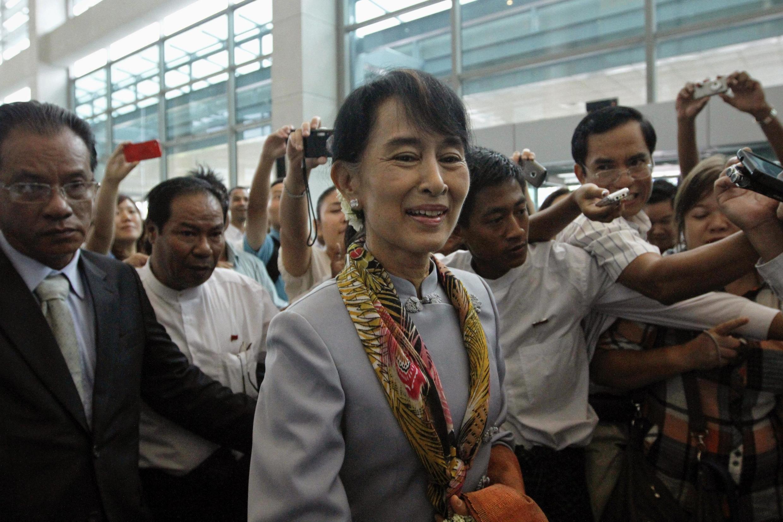 A líder democrática de Myanmar, Aung San Suu Kyi, embarca no aeroporto internacional de Yangon para sua viagem à Europa nesta quarta-feira.