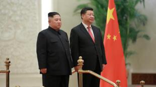 Lãnh đạo BTT Kim Jong Un (trái) và chủ tịch TQ Tập Cận Bình tại Bắc Kinh. Ảnh do hãng tin KCNA công bố ngày 10/01/2019.