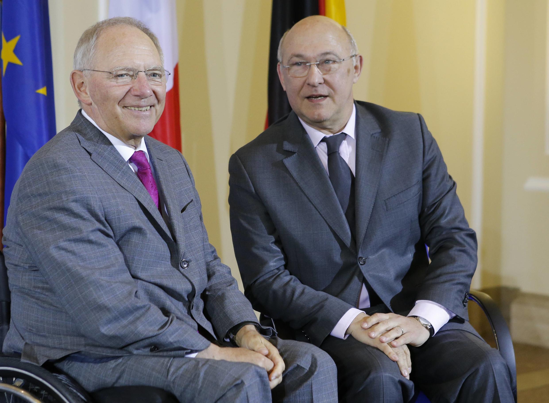 O ministro alemão das Finanças, Wolfgang Schauble (esq.), ao lado do colega francês, Michel Sapin.