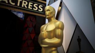 """Оскар в натуральную величину у входа в """"Dolby Theatre"""", где проходит церемония"""