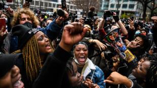 """Festejos en Minneapolis por el veredicto de """"asesinato"""" contra el expolicía Derek Chauvin por la muerte del afroestadounidense George Floyd, en Minneapolis el 20 de abril de 2021"""