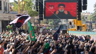 Des chiites libanais regardent l'allocution télévisée d'Hassan Nasrallah, le chef du Hezbollah, le 19 octobre 2019 à Baalbeck.