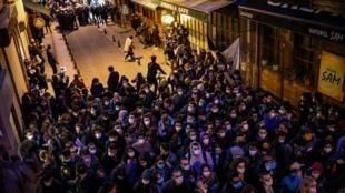 Des manifestants défilent dans une rue d'Istanbul le 2 février suite à la nomination en janvier d'un nouveau recteur à l'université du Bosphore.