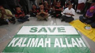 Des manifestants musulmans devant la Cour d'appel de Putrajaya, près de Kuala Lumpur, en août 2013. « Sauvez le mot Allah», peut-on lire sur leur banderole.